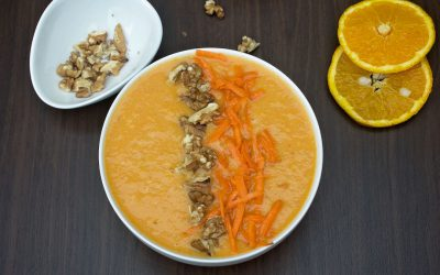 Oranje ontbijtbowl met sinaasappel en wortel