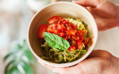 Courgette spaghetti met rode saus vol groenten
